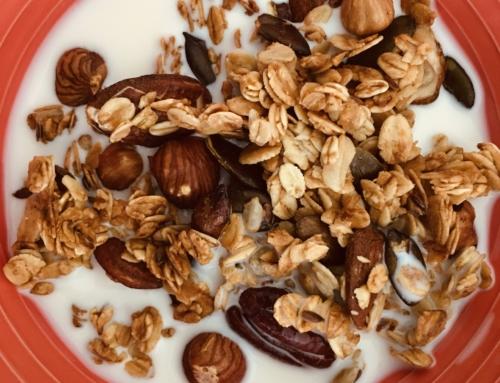 Recette diététique de granola, des céréales croustillantes pour un petit déjeuner riche en fibres